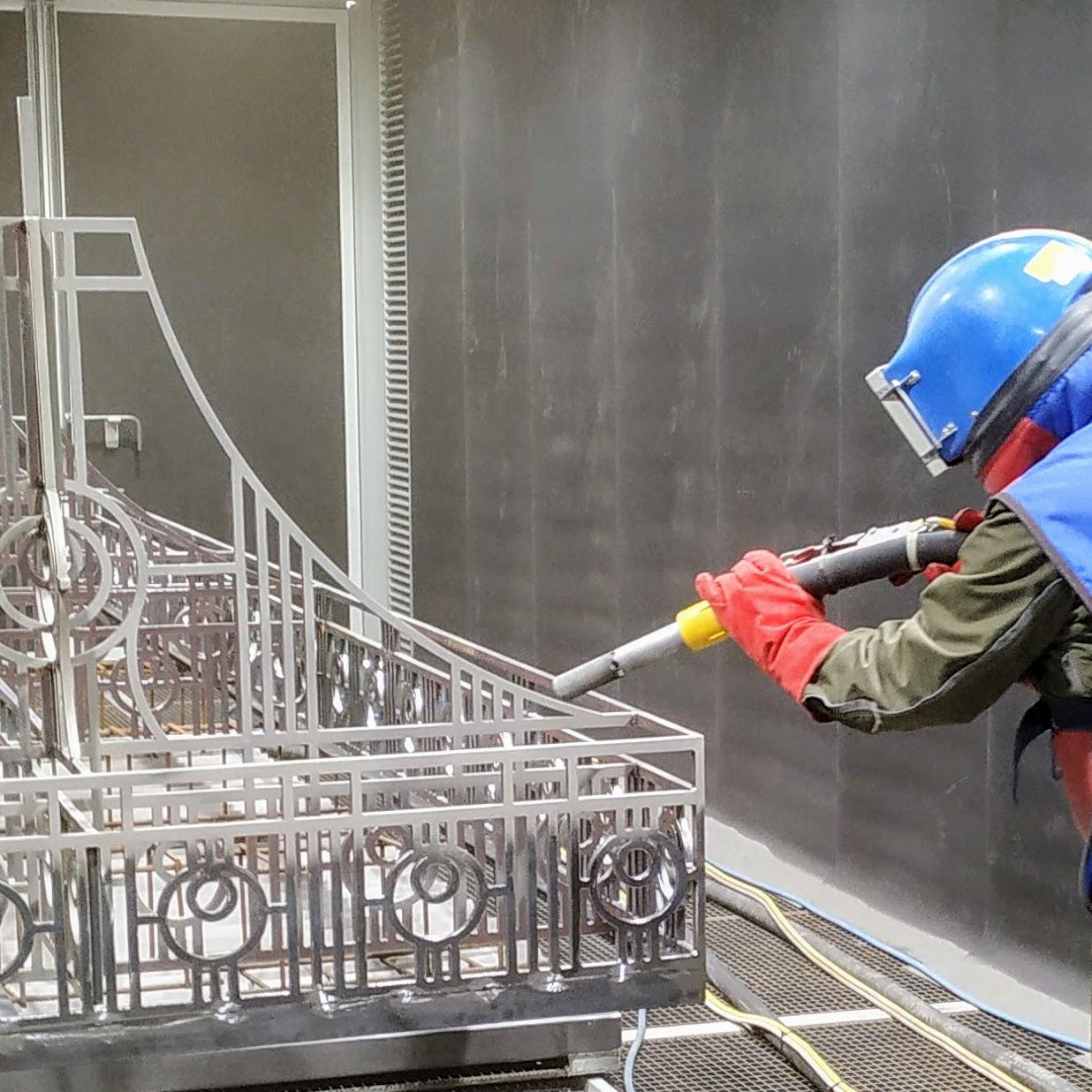 Prieš dengiant antikorozinę dangą - būtina sąlyga metalo paviršių nuvalyti iki Sa 2,5 švarumo klasės.